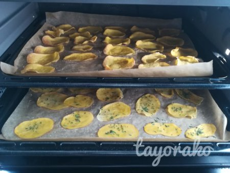 オーブンにスライスしたジャガイモ