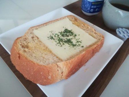 チーズを乗せてトーストした状態