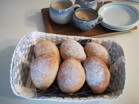 コーヒーとパンをおやつに食べる