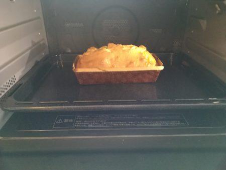 オーブンにパウンドケーキ