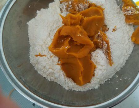 かぼちゃと粉類を混ぜる