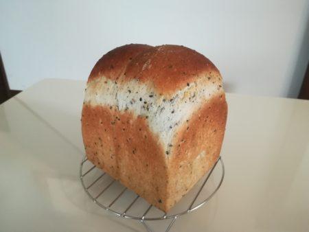 セサミ食パン焼き上がり
