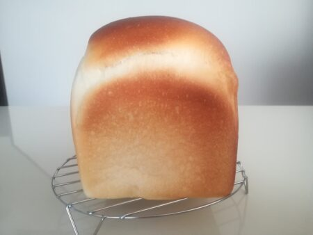 型から出したヤクルトパン